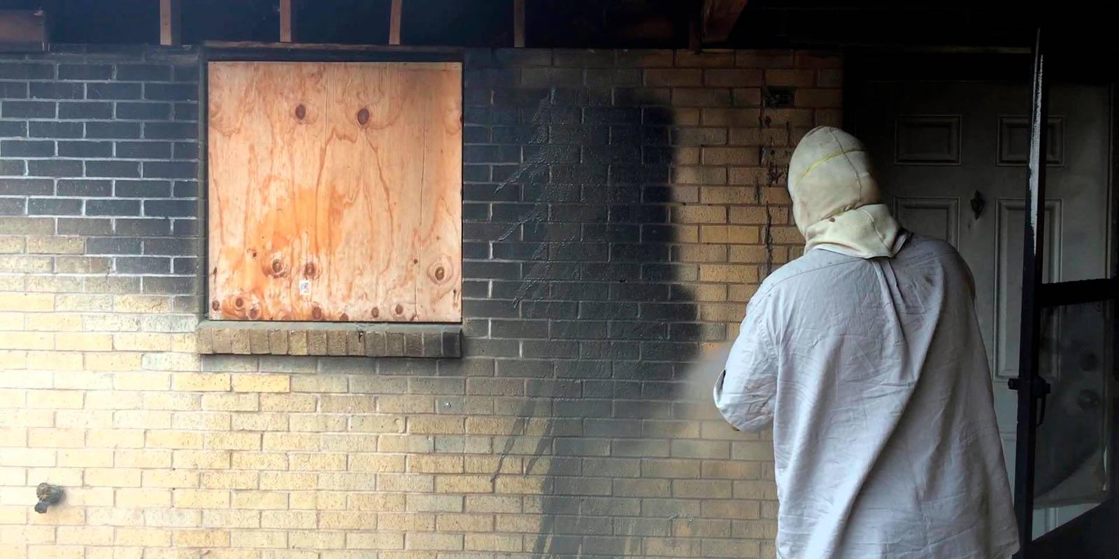 К кому обращаться по чистке фасада после пожара в многоэтажном здание?